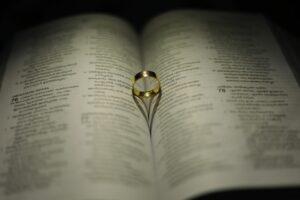 złoty pierścionek - sklep z biżuterią